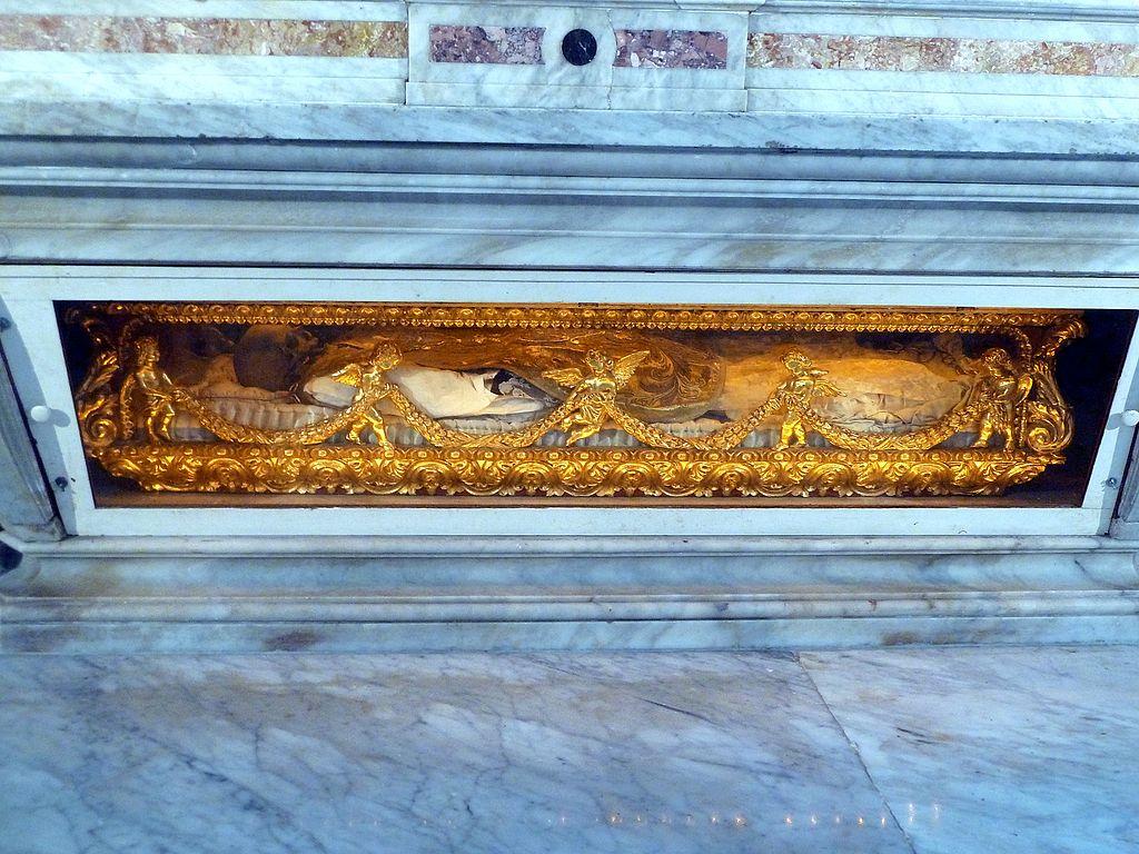 1024px-038_Bones_of_San_Pedro_Claver_in_Cathedral
