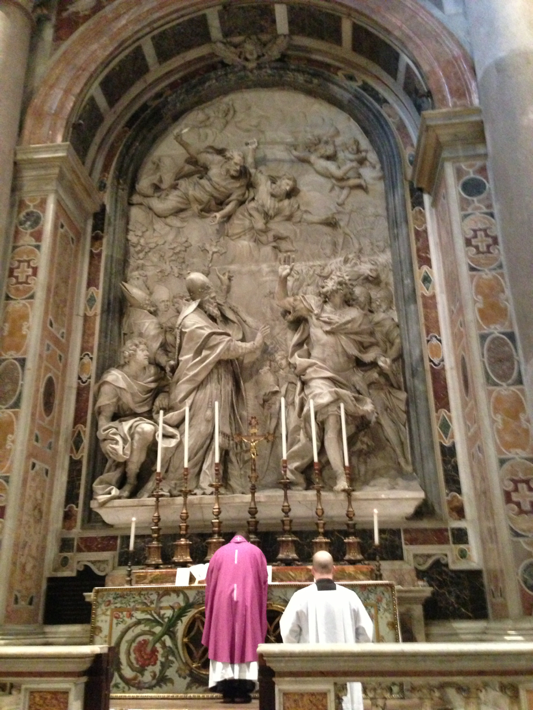 Priest_celebrating_Mass_at_Altar_of_Leo_I_in_St._Peter's_Basilica
