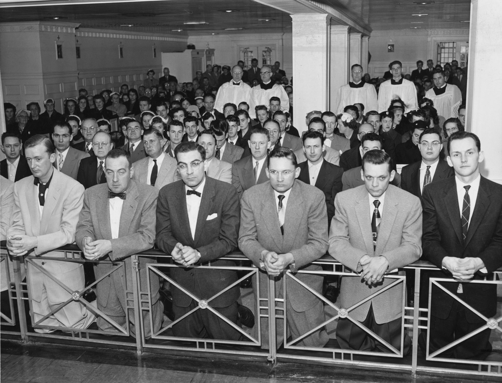 Before the liturgical changes of the Second Vatican Council, Catholics received the Eucharist by approaching and kneeling at the Communion rail. This photo was taken during Mass at the Paulist Center in Boston in 1955. (CNS photo from The Pilot) (Oct. 17, 2005) See VATICANII-OVERVIEW Oct. 12, 2005. (b/w only)